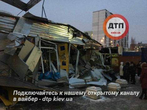 Ночью люди в балаклавах разгромили тракторами рынок на киевской Оболони