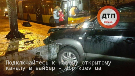 ДТП с погоней в Киеве: пьяный задел троллейбус и врезался в опору билборда