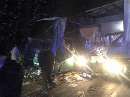 Движение на дороге «Львов-Краковец» заблокировано: автобус с туристам врезался в фуру
