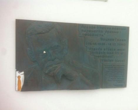 В Киеве неизвестные повредили мемориальную доску Гавелу