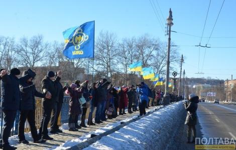 Полтавчане «живой цепью» соединили два берега Ворсклы, исполняя гимн Украины