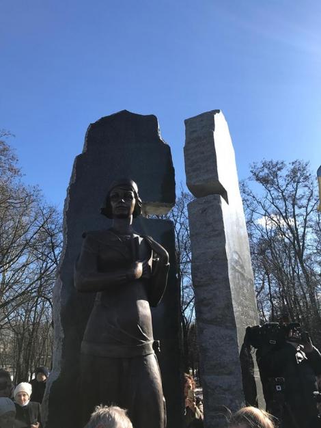 В Бабьем Яру в Киеве открыли памятник Елене Телиге