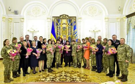 Порошенко к Международному женскому дню наградил выдающихся украинок