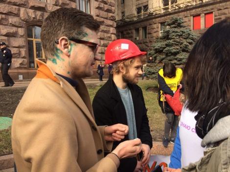 В Киеве активистов за права женщин облили зеленкой и кефиром