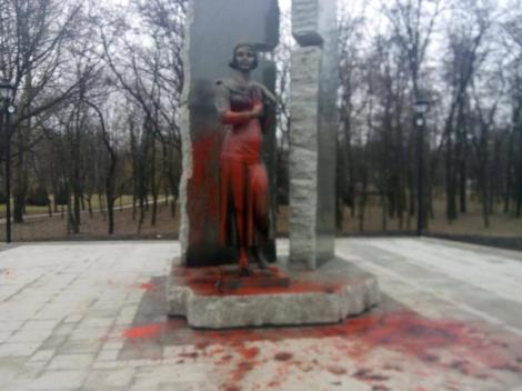 В Бабьем Яру ночью облили краской памятник Елене Телиге