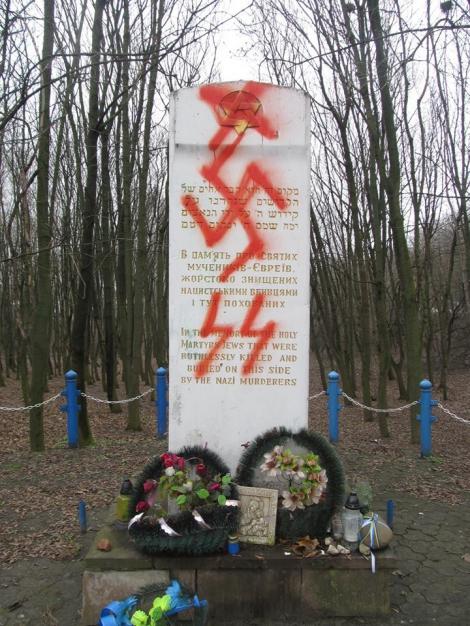 На памятнике евреям  -  жертвам Холокоста под Тернополем нарисовали нацистскую свастику (видео)