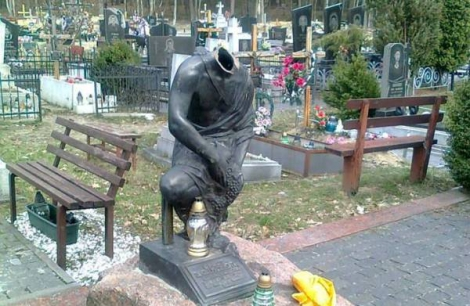 Во Львове осквернили могилу криминального авторитета: ангелу отрубили голову и крылья