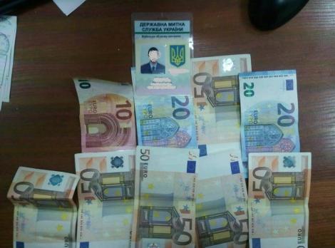 В аэропорту «Борисполь» на взятке в 1100 евро задержали таможенника
