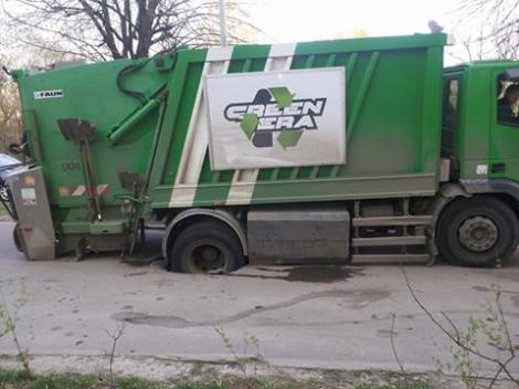 У Львові сміттєвоз провалився під асфальт (фото)