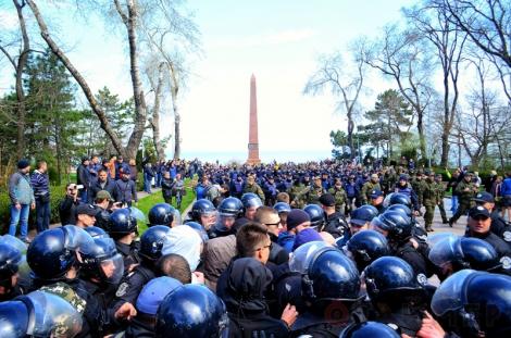 В Одессе в парке Шевченко столкновения, полиция задержала 20 патриотов (фото, видео)