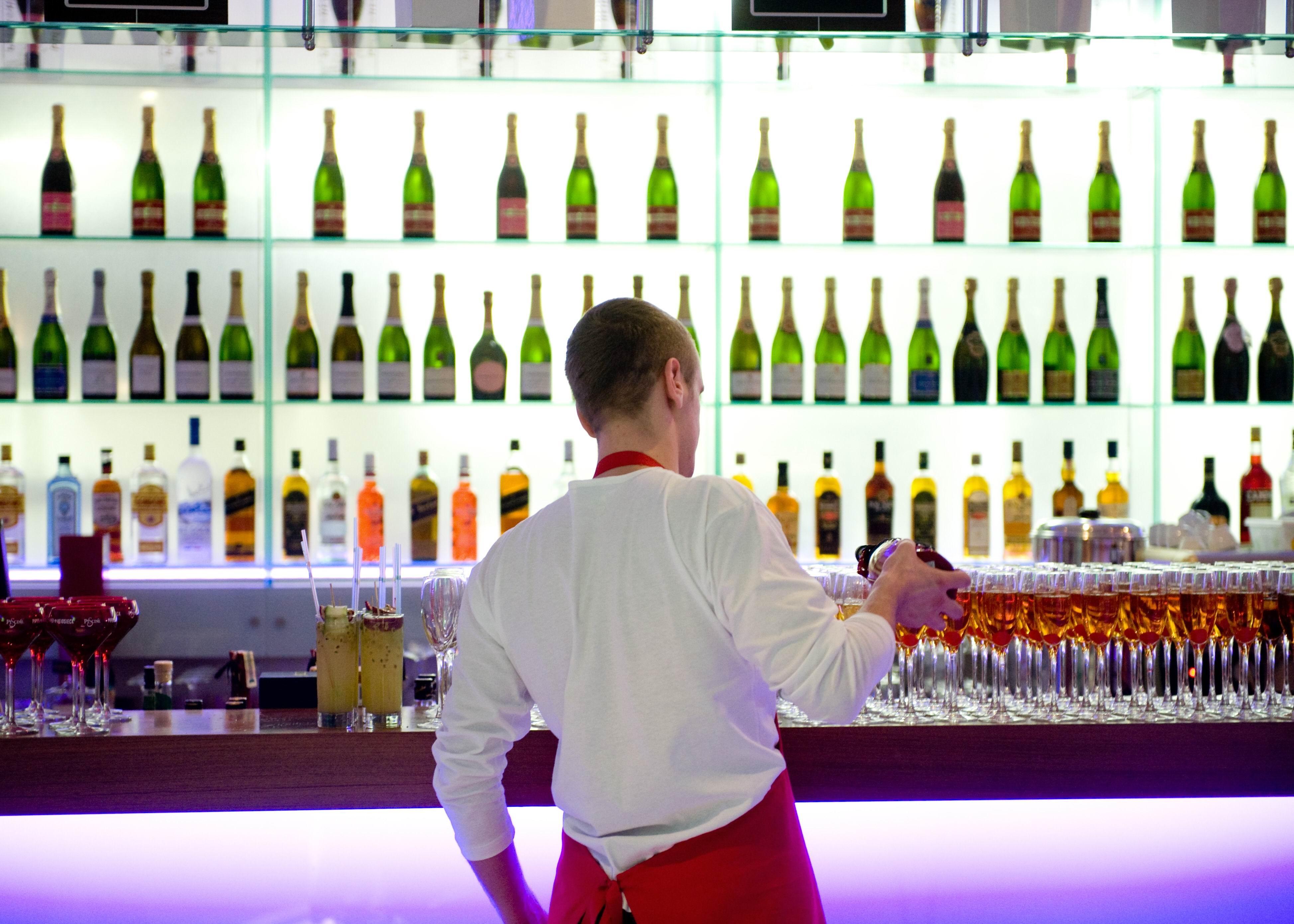 Украинцев ждет резкое подорожание алкоголя: как не купить фальсификат и сколько придется платить