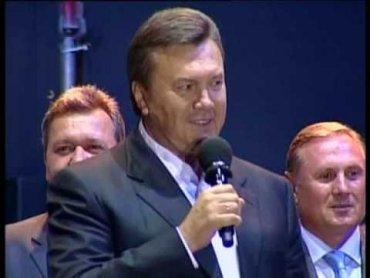 Во время избиения студентов на Майдане Янукович пел песни в караоке