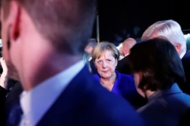 Старушка с зонтом напала на Меркель