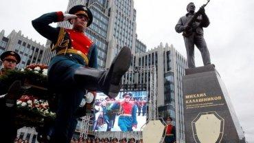 На новом памятнике Калашникову в Москве оказался немецкий автомат