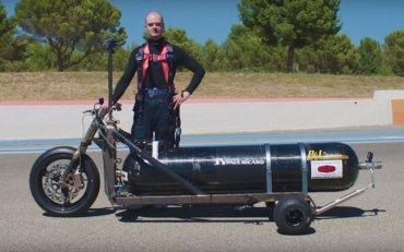 Француз разогнал трицикл, заправленный газировкой, до 100 км/ч за полсекунды