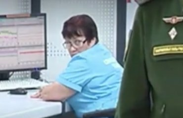 Тайна женщины в халате на заднем плане видео с Путиным