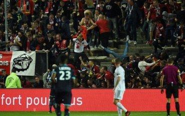 Во время матча чемпионата Франции обрушилась трибуна с болельщиками