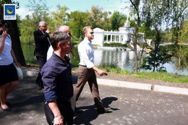 Скандал в Кривом Роге. Депутат Усов построил каменную «вышиванку» за 40 млн гривен вместо парка