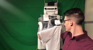В Америке представили робота, одевающего людей