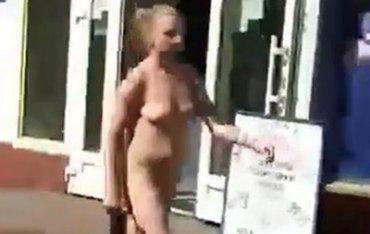 Девушка разделась догола в Приватбанке