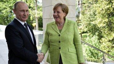 Меркель заговорила с Путиным по-русски