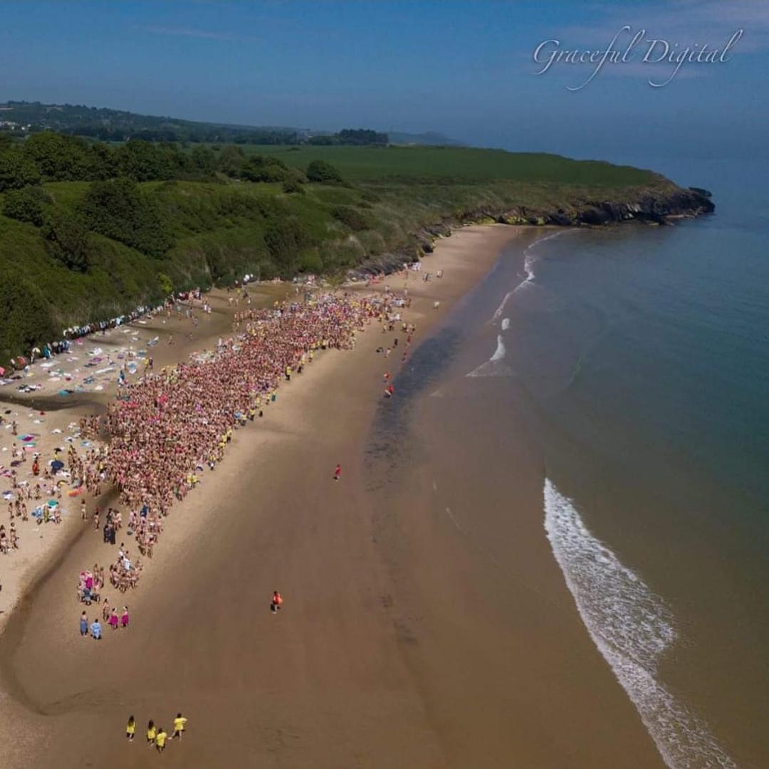 В Ирландии 2,5 тысячи женщин побили рекорд купания голышом