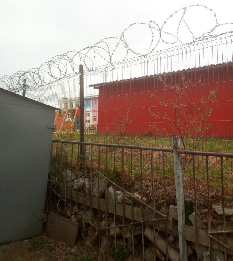 В России детский сад оградили колючей проволокой