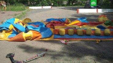 В России порыв ветра унес батут с детьми