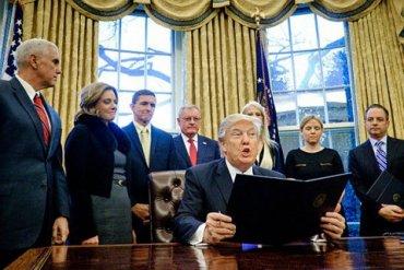 В Белом доме целый отдел занят склеиванием порванных Трампом документов