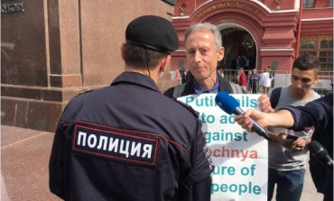 В Москве полиция задержала британского борца за права геев