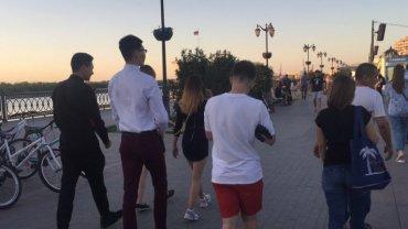 По российскому городу водили девушек на поводках