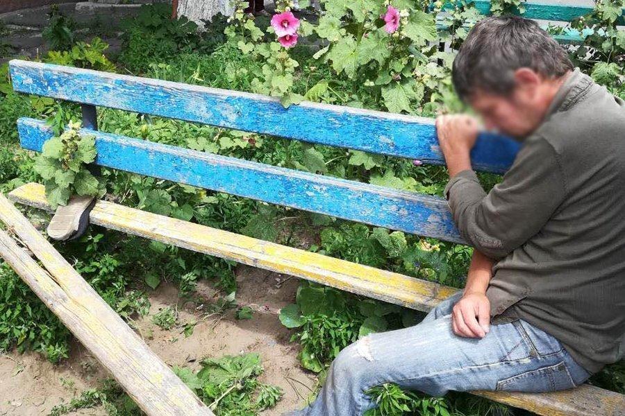 В Беларуси мужчина выяснял отношения с лавочкой, а потом застрял в ней