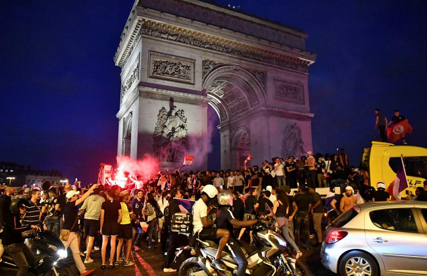 Париж «сошел с ума» празднуя выход национальной сборной в финал ЧМ