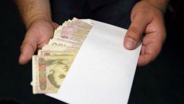 Как много денег в конвертах получают официально работающие украинцы
