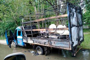 Сгорела и воняет: В Росии ассенизаторы тушили горящий автомобиль дерьмом