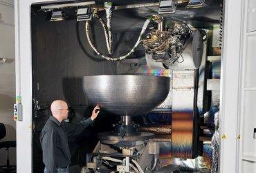 3D-принтер напечатал огромную деталь для космического спутника — в нее помещается 283 литра кофе