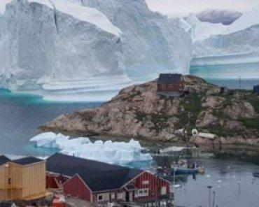 Айсберг весом 11 млн тонн угрожает поселку