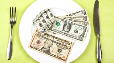 Работать за еду: банки рассказали, на что тратят деньги украинцы