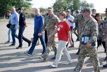 Канадский министр приехала на Донбасс