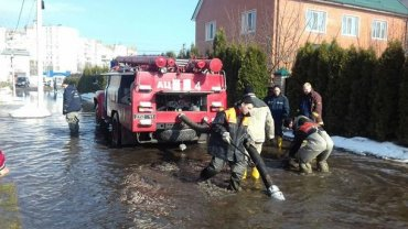 КМДА: Рятувальники відкачують воду помпами у найбільш проблемних місцях