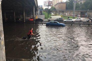 В Киеве из-за ливня остановлено движение трамваев и троллейбусов