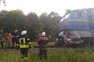 В Киевской области автомобиль с пассажирами попал под поезд