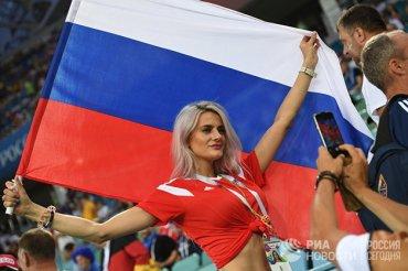 Видео 18+: Мексиканские болельщики оставили на столе в баре спящую голую россиянку