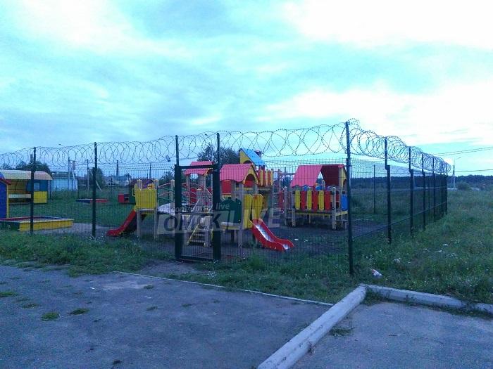 В России детскую площадку обнесли колючей проволокой