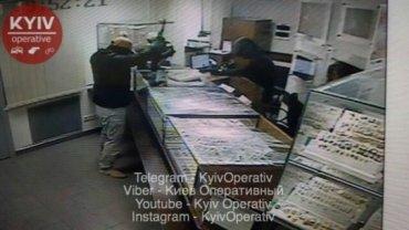 Появилось фото и видео ограбления ломбарда в Киеве