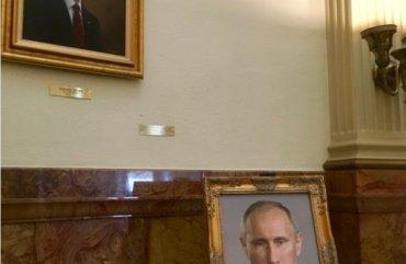 В США советник законодателя наказан из-за портрета Путина