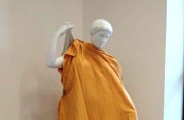 В вузе во время визита священников РПЦ прикрыли статуи обнаженных людей