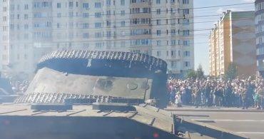 На параде в Курске перевернулся танк