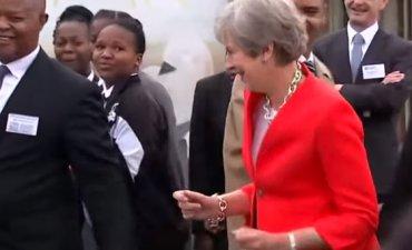 Тереза Мэй станцевала странный танец с африканскими школьниками