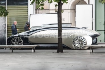 Роскошный Renault из будущего сфотографировали в Варшаве